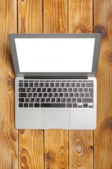 Laptop, notebook na mesa de trabalho de madeira