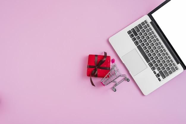 Laptop, perto, minúsculo, carrinho de compras, e, presente