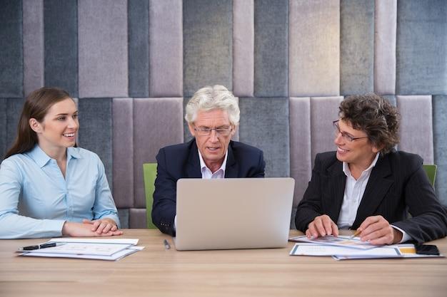Laptop reunião jovem do sexo masculino