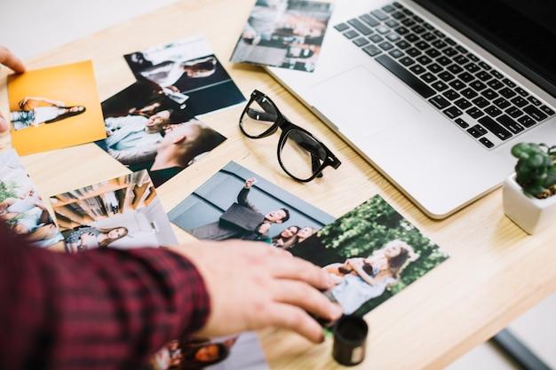 Laptop rodeado de fotos