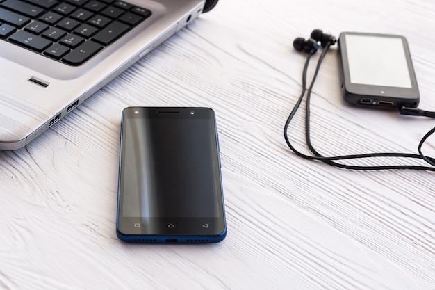 Laptop, smartphone e player