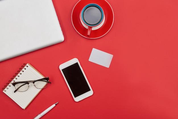 Laptop, xícara de café, cartão de crédito e telefone inteligente. vista superior com espaço de cópia