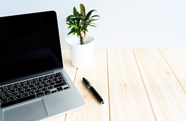 Laptops e canetas na mesa de trabalho, copie o espaço