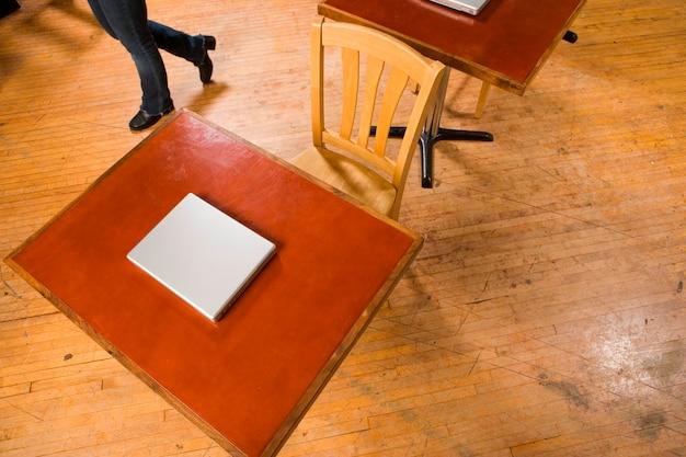 Laptops sentados nas mesas