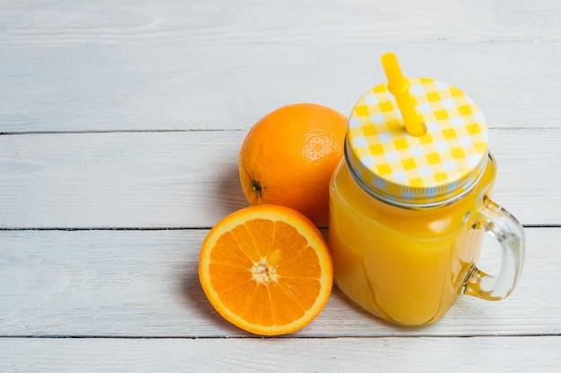 Laranja e suco de laranja em fatias. conceito saudã¡vel com copyspace.