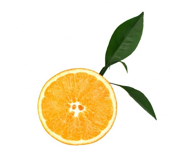 Laranja fresca com as folhas verdes, isoladas no espaço em branco. fatia de laranja isolada no espaço em branco, com trajeto de grampeamento. vista do topo