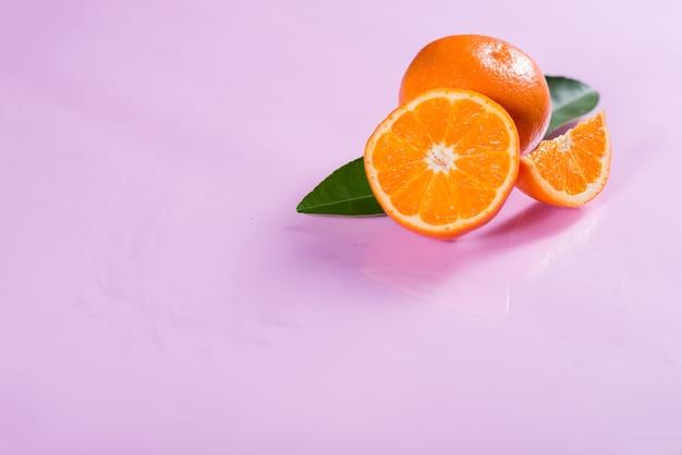 Laranja fresca com fatia de laranja