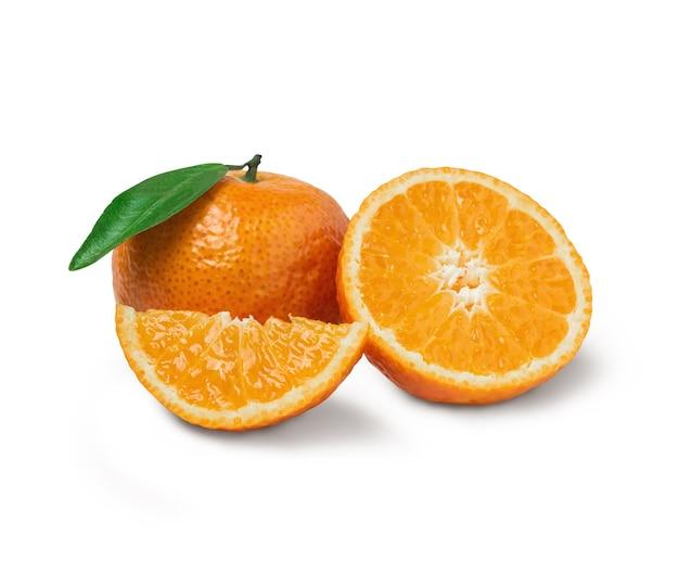 Laranja fresca com fatias de laranja e folhas isoladas no fundo branco. laranja com traçado de recorte.
