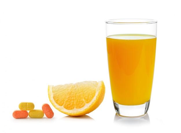 Laranja fresca e vidro com suco e vitamina c isolado no branco