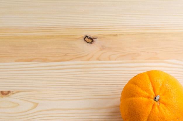 Laranja fresca em um fundo de madeira
