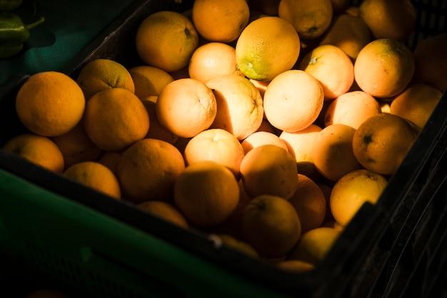Laranja fresca suculenta saborosa à venda no mercado de frutas