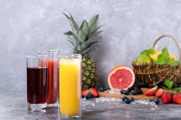 Laranja, groselha e suco de morango