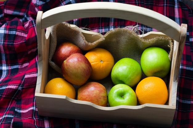Laranja, maçãs vermelhas, maçãs verdes em caixas, frutas frescas