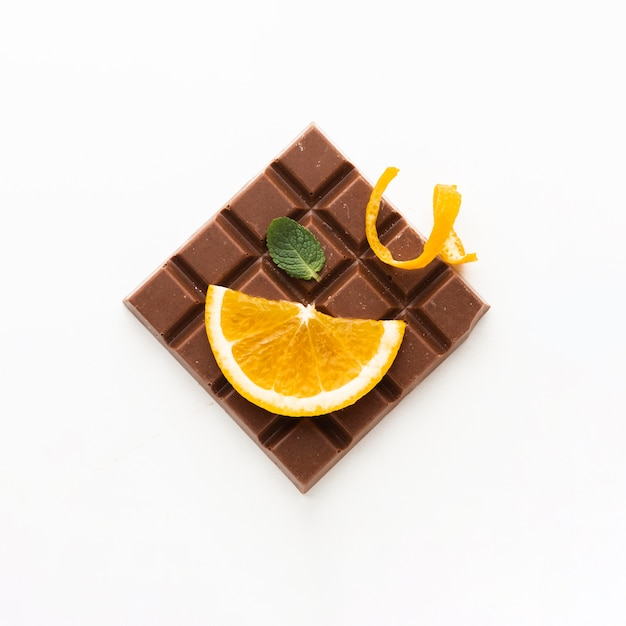 Laranja na vista superior de barra de chocolate