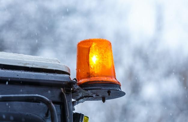 Laranja piscando luz em um caminhão