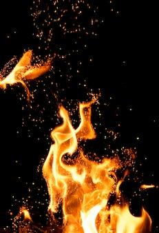 Laranja queimando línguas de chama laranja com faíscas