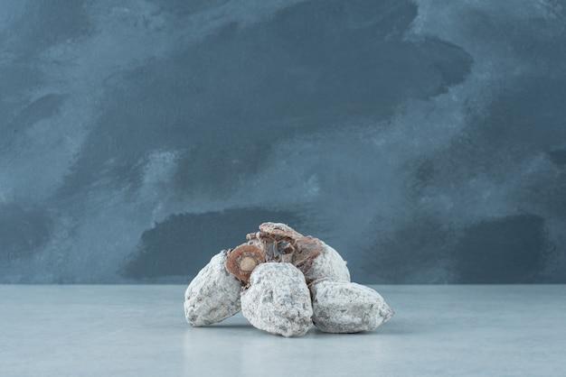Laranja saudável seca em fundo de mármore. foto de alta qualidade