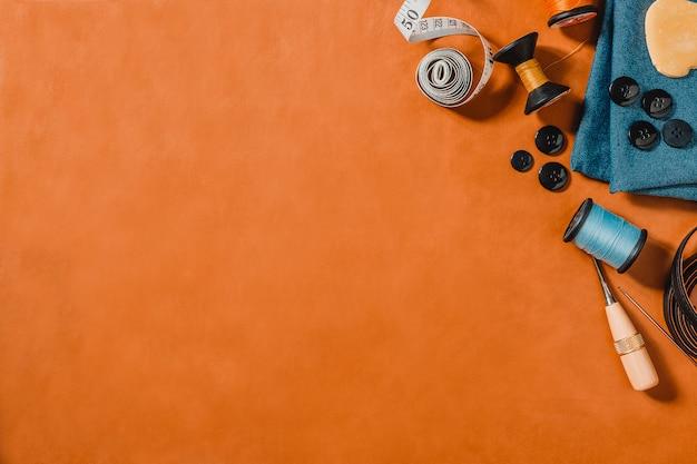 Laranja texturizada com ferramentas de costura, cópia espaço em couro natural