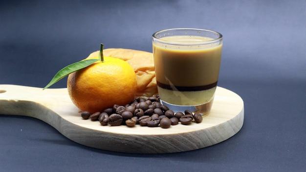 Laranjas agradáveis, grãos de café, café expresso, pão, photoshoot