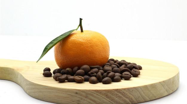 Laranjas agradáveis, grãos de café, photoshoot