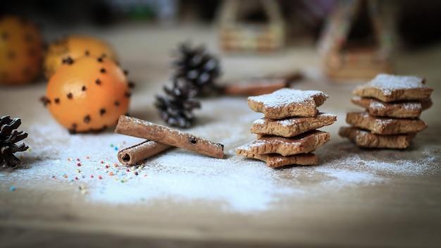 Laranjas e biscoitos em madeira