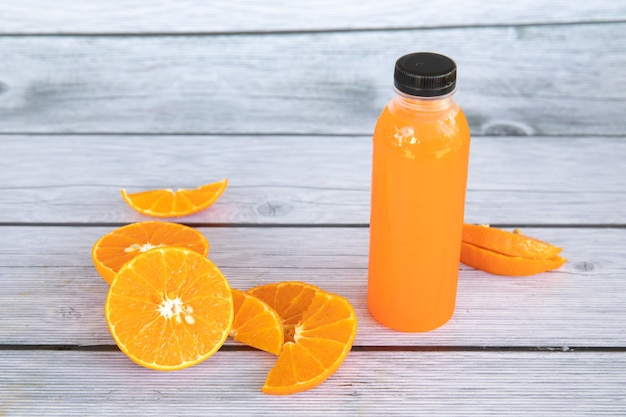 Laranjas fatiadas são colocadas em um prato de madeira feito para smoothies de suco de laranja fresco e prensado a frio para propaganda de frutas
