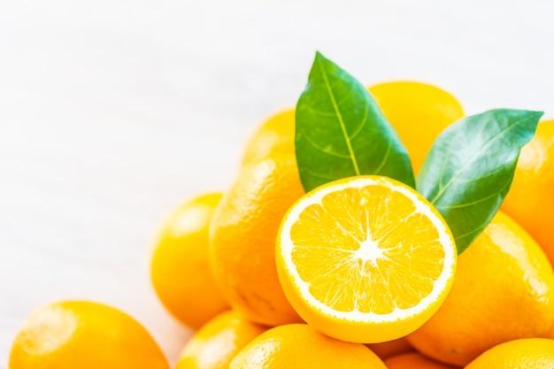 Laranjas frescas frutas na mesa