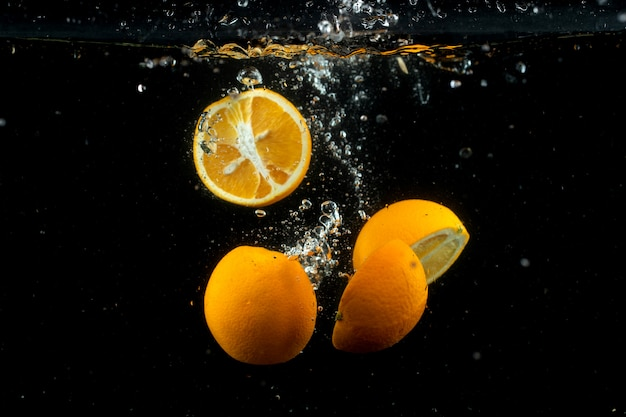Laranjas frescas na água