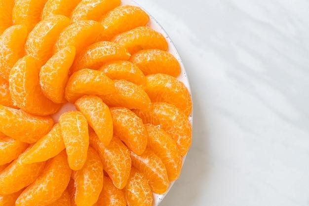 Laranjas frescas no prato