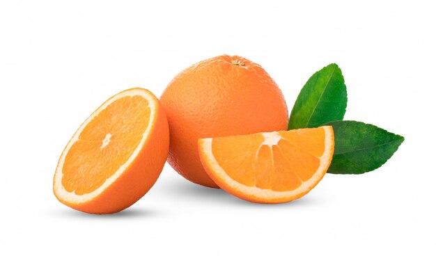 Laranjas isoladas. grupo de frutas frescas de laranja com folhas em fundo branco