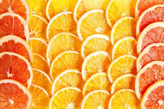 Laranjas naturais e toranjas secas em fatias