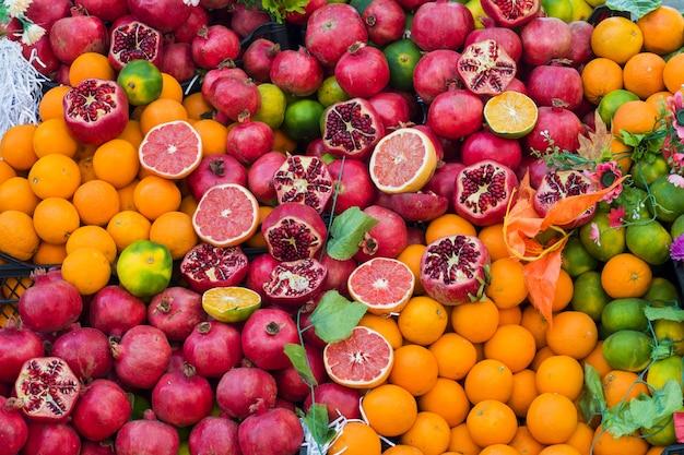 Laranjas romã grapefruit limão no mercado de rua.