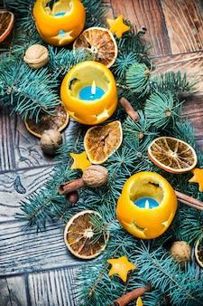 Laranjas secas com nozes e ramos de abeto. decorações de natal