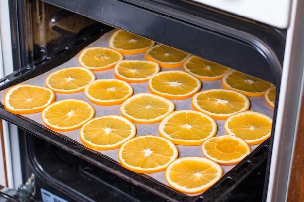 Laranjas secas. processo de preparação de frutas cristalizadas de laranja para festa de reveillon e natal