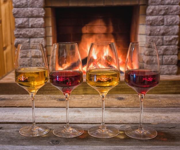 Lareira aconchegante e taças de diferentes vinhos