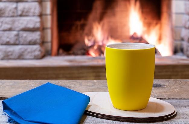Lareira aconchegante e uma xícara de chá, em casa de campo, férias de inverno.