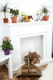 Lareira com lindas decorações em confortável sala de estar