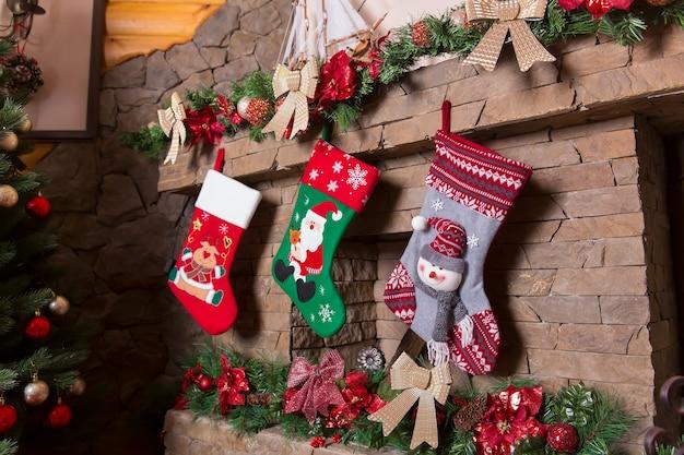 Lareira de pedra decorada com meias de natal