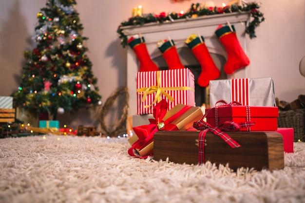 Lareira decorada com motivos de natal