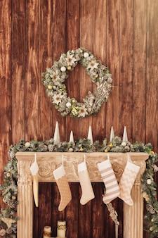 Lareira decorada no fundo de uma parede de madeira