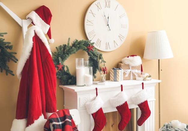 Lareira decorada para natal no interior da sala