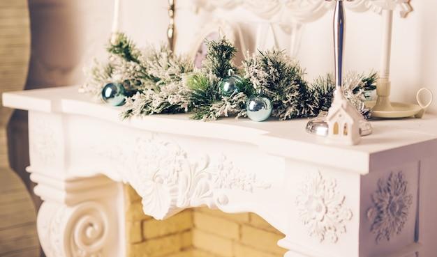 Lareira decorada para o natal. feriados de ano novo