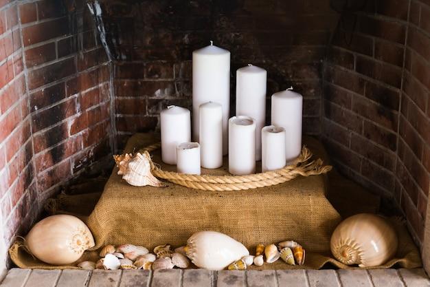 Lareira decorativa com velas e muitas conchas