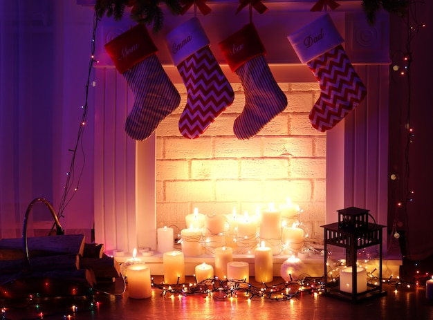 Lareira na sala decorada para o natal