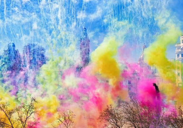 Las fallas de valencia, espanhalas fallas de valencia. mascletá na praça da prefeitura, milhares de elementos pirotécnicos coloridos, explodem, enchendo a cidade e o céu com fumaça, luz e cor.