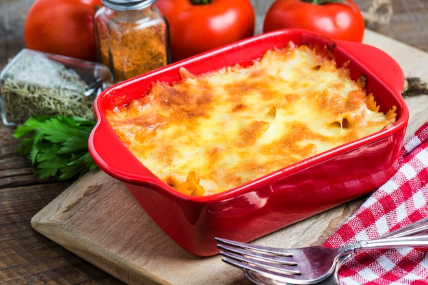 Lasagna saborosa em um recipiente vermelho