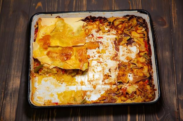 Lasanha caseira com queijo. assadeira velha. queimado durante o cozimento. cozinha italiana.
