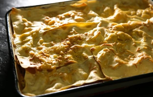 Lasanha caseira com queijo. cozinha italiana.