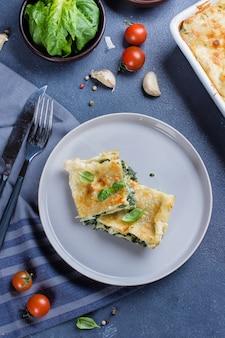 Lasanha caseiro deliciosa com alimento do vegetariano do queijo e dos espinafres da ricota. comida italiana
