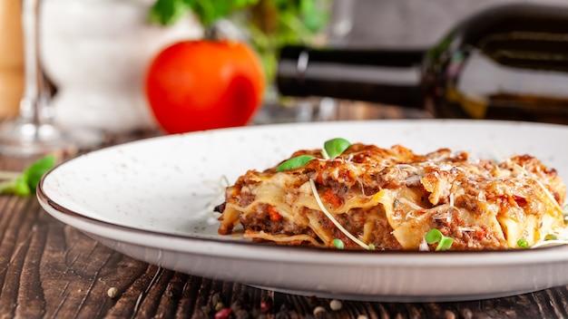 Lasanha com carne picada, molho bechamel e queijo parmesão.